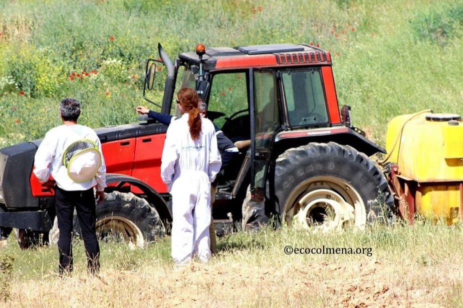 Apicultores tratando de detener una fumigación química agrícola para proteger a sus abejas